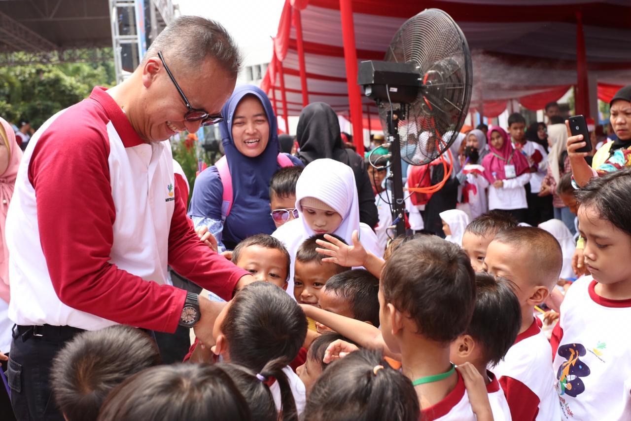 Mensos Bermain dengan Ribuan Anak di Puncak Peringatan Hari Anak Nasional
