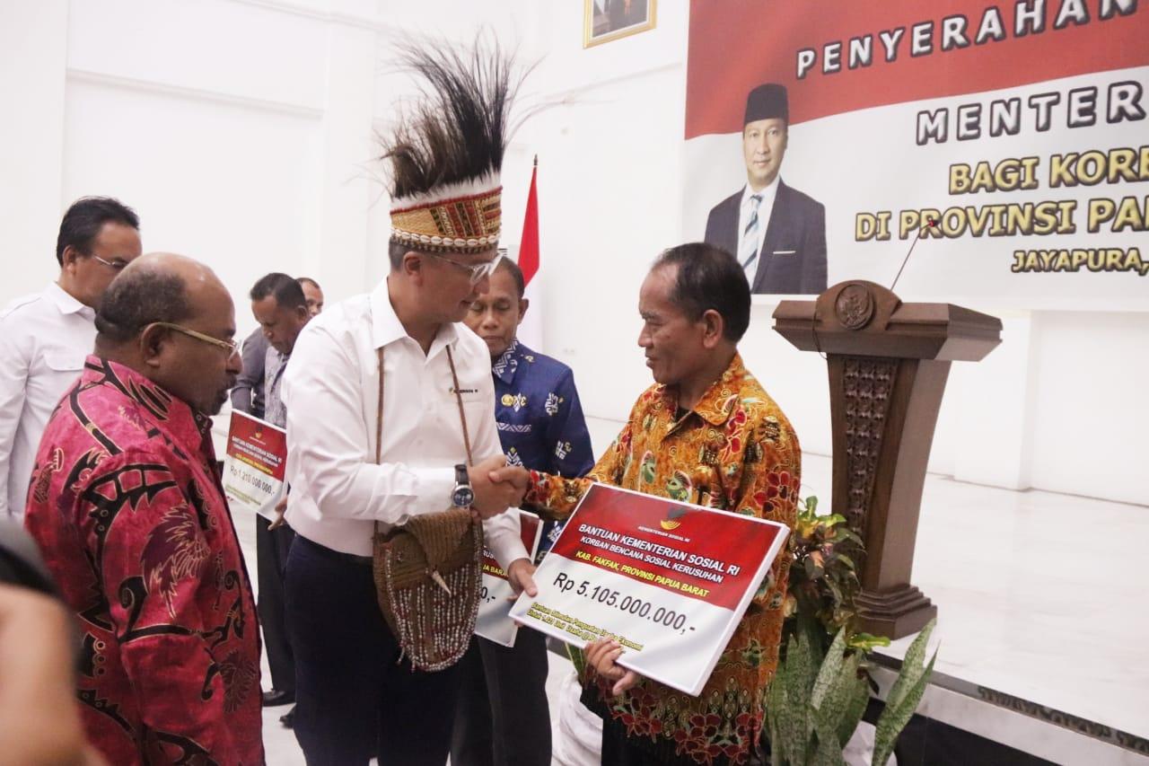 Mensos Serahkan Bantuan Sosial kepada Korban Kerusuhan Papua