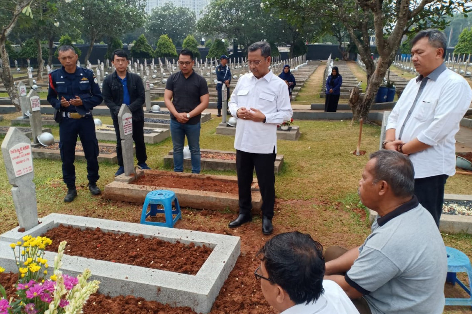 Director General of Social Affairs Reviews the Installation of B.J Habibie Gravestone