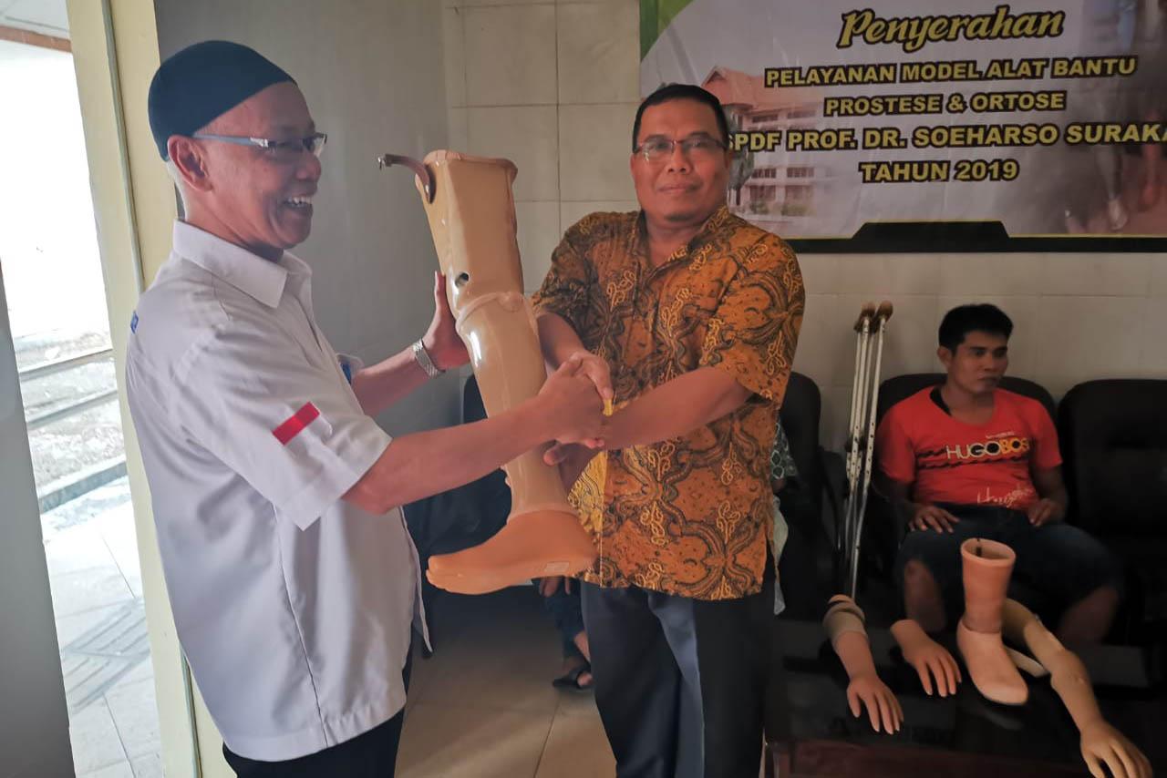 """BBRSPDF """"Prof. Dr. Soeharso"""" Serahkan Alat Bantu Protese"""