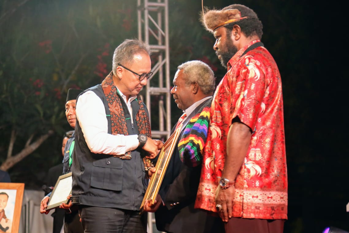 Menteri Sosial Beri Penghargaan Dua Pelopor Perdamaian