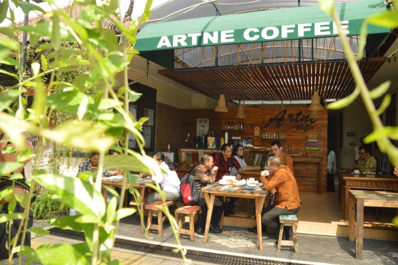 "Satu-satunya di Dunia, Kafe ""Artne Coffee"" Dikelola Disabilitas Netra"