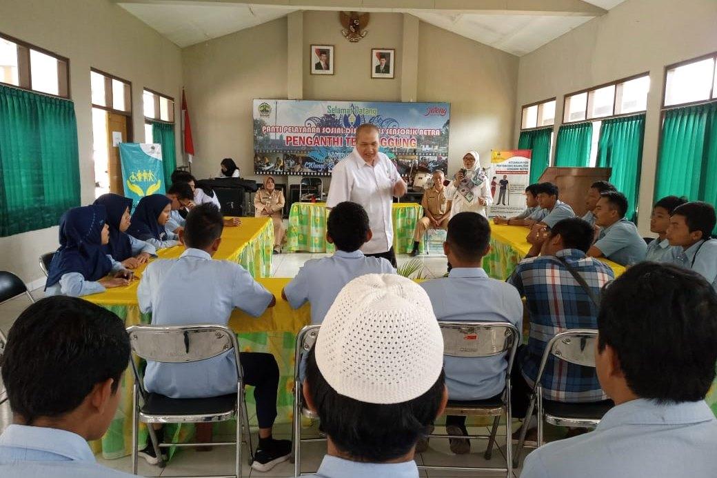"""Abiyoso"" Indonesian Braille Literacy Center (BLBI) Holds a Mobile Library in Temanggung"