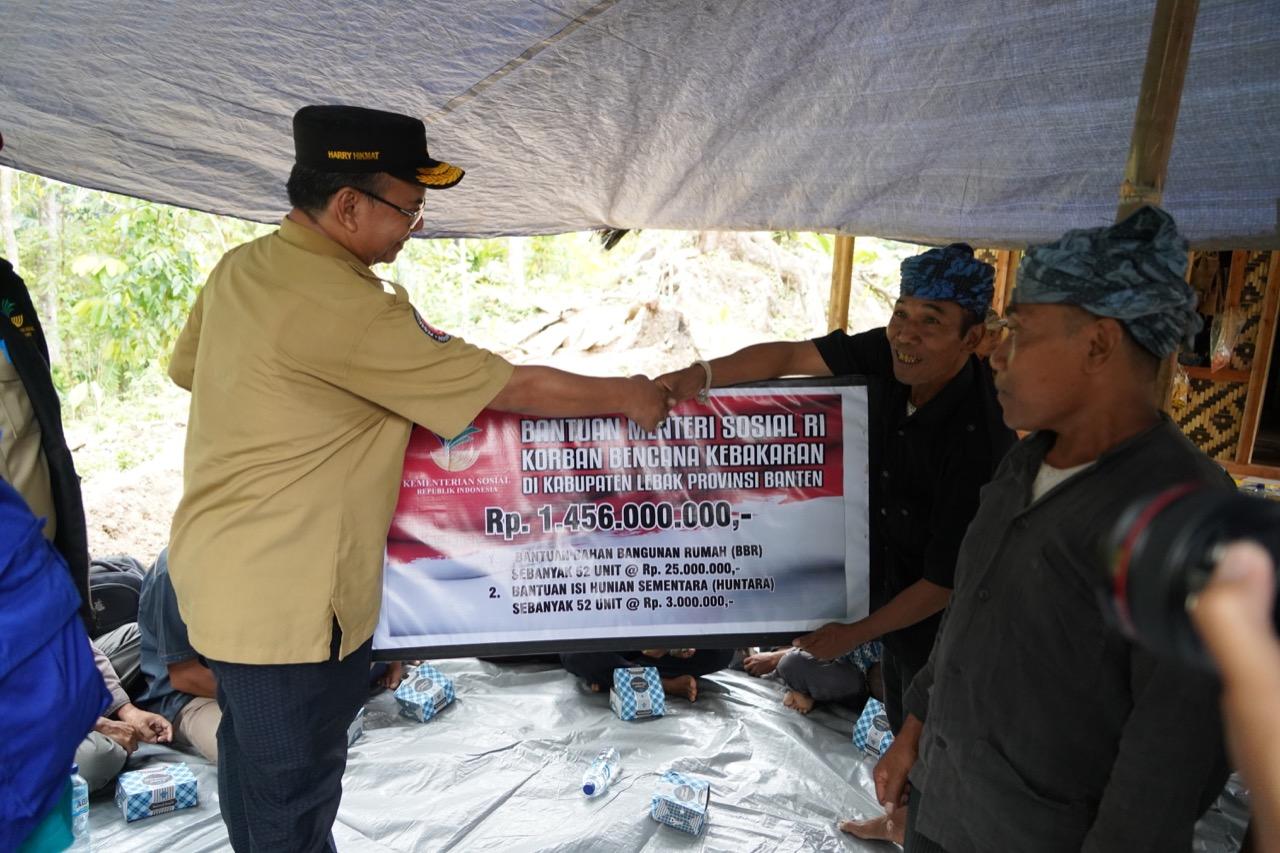 Kemensos Beri Bantuan dan Tinjau Pembangunan Rumah Kembali Akibat Kebakaran di Baduy