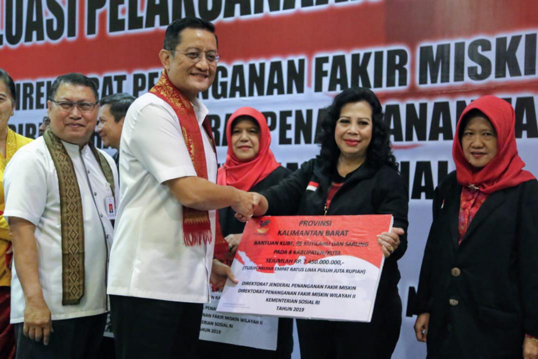 Mensos Serahkan Bantuan Sosial Wilayah II Tahun 2019