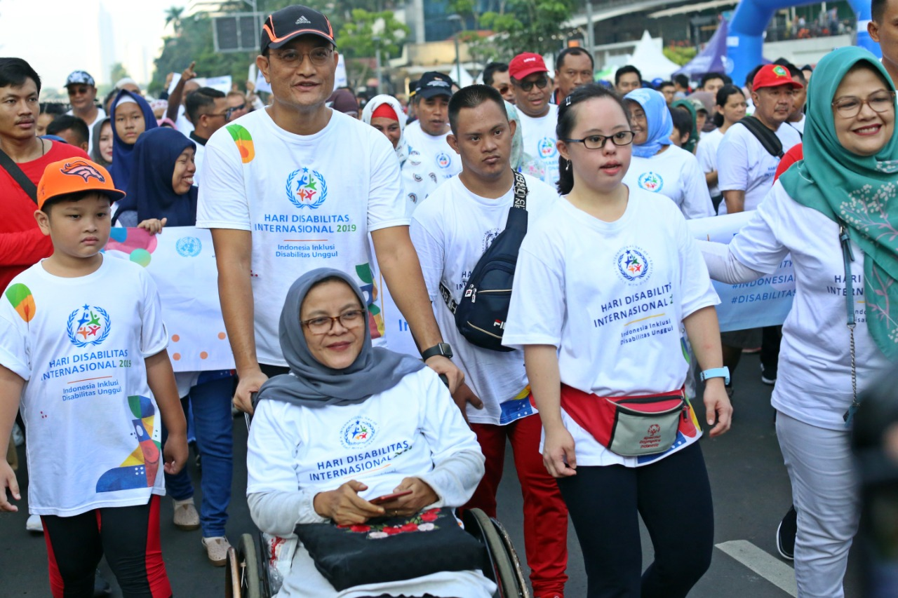 Peringati HDI Tahun 2019 Mensos Dorong Kursi Roda Penyandang Disabilitas dan Ikut Juggling