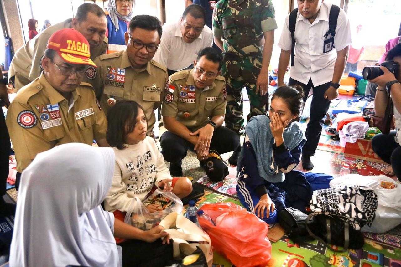 Mensos Kunjungi Pengungsi Korban Banjir Jakarta