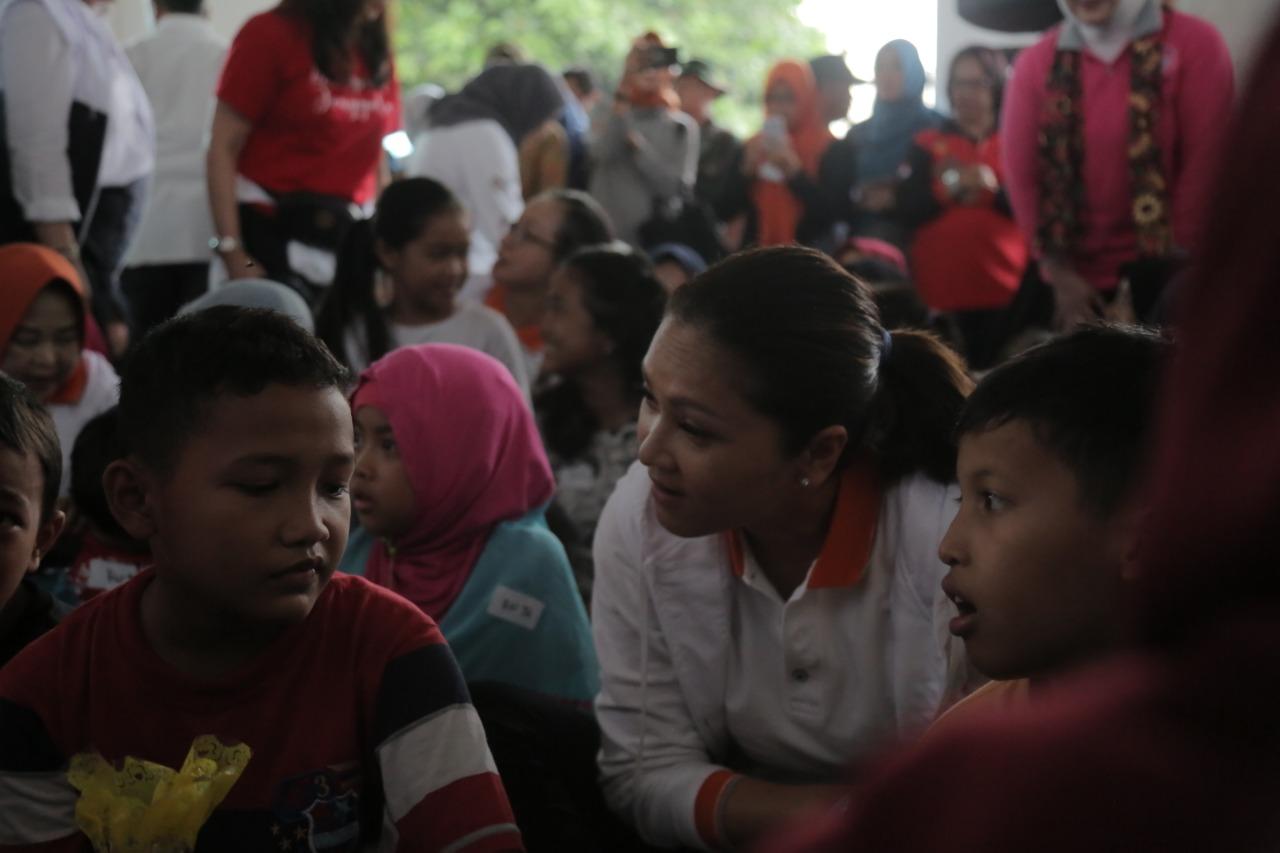 Istri Mensos Hibur Anak-anak Korban Banjir Bojongkulur