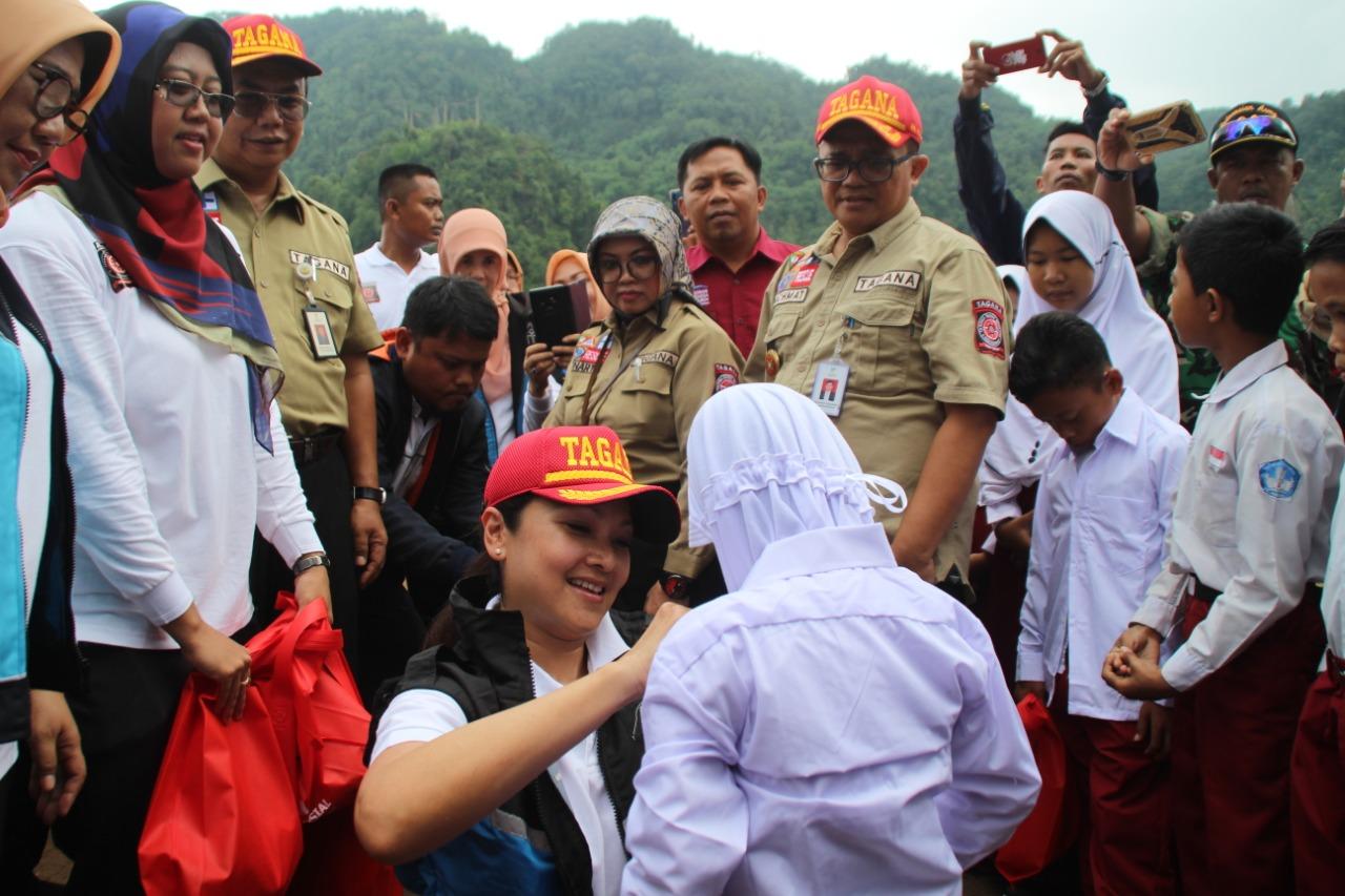 Datangi Lokasi Banjir, Istri Mensos Beri Semangat Anak-anak dan Tinjau Pencairan Bansos PKH