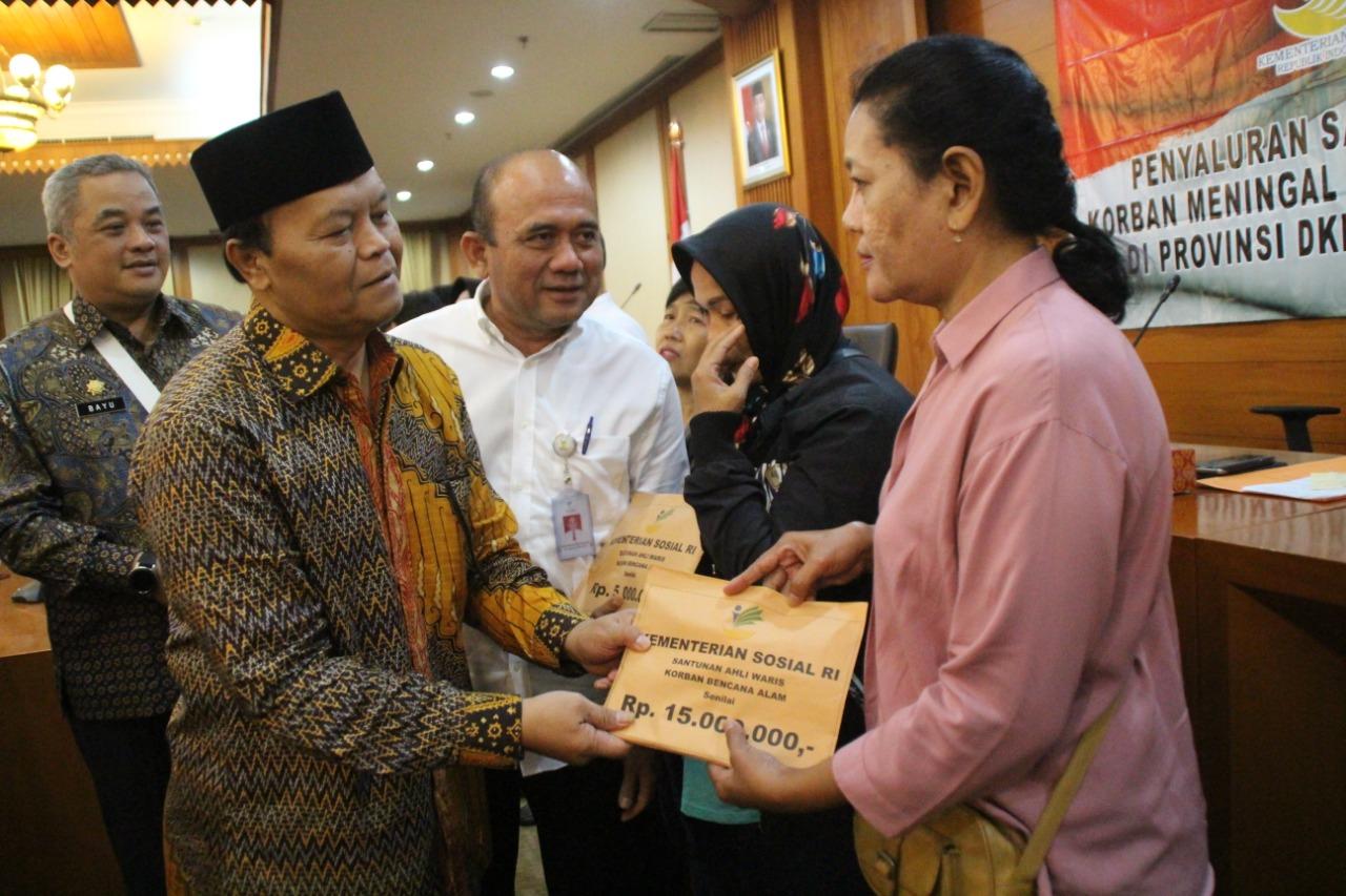 Komisi VIII DPR RI Serahkan Santunan Korban Banjir DKI Jakarta
