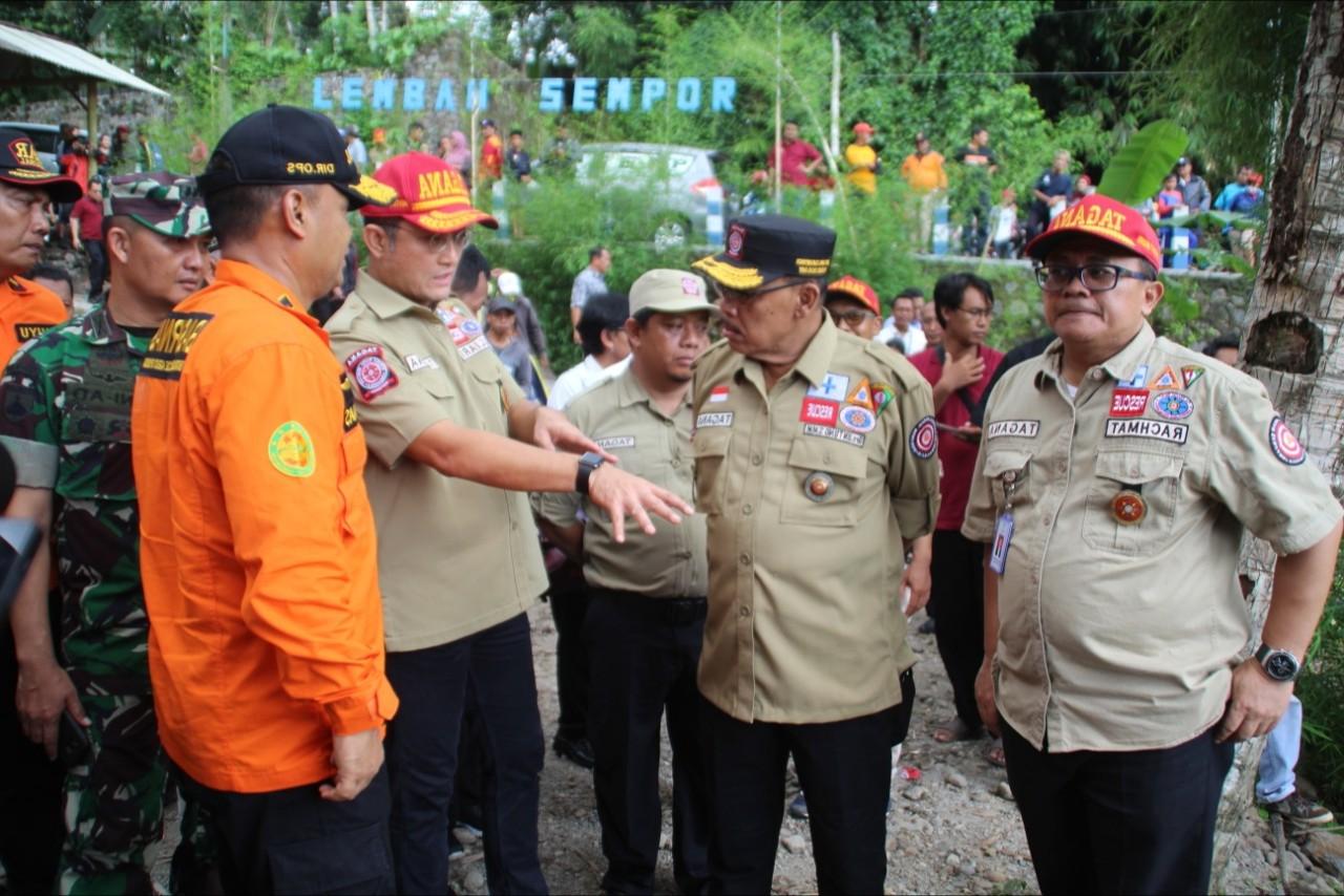 Mensos Kunjungi Korban Susur Sungai SMP 1 Turi dan Serahkan Santunan