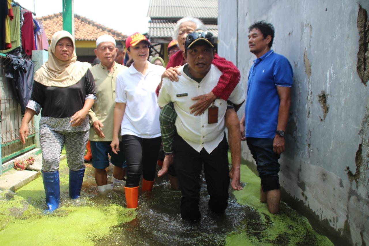 Banjir Jakarta Utara Surut, Istri Mensos Serahkan Bantuan dan Evakuasi Lansia