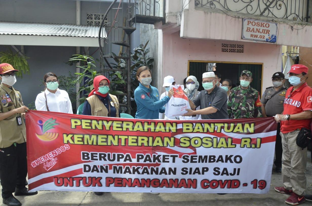 Kemensos Serahkan Langsung Paket Sembako dan Makanan Kepada Warga Jakarta Selatan