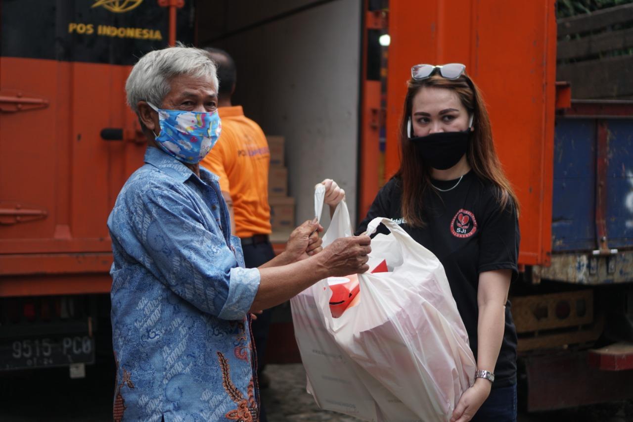 Warga Kampung Pemulung Pancoran Terima Bantuan Sembako dari Kemensos