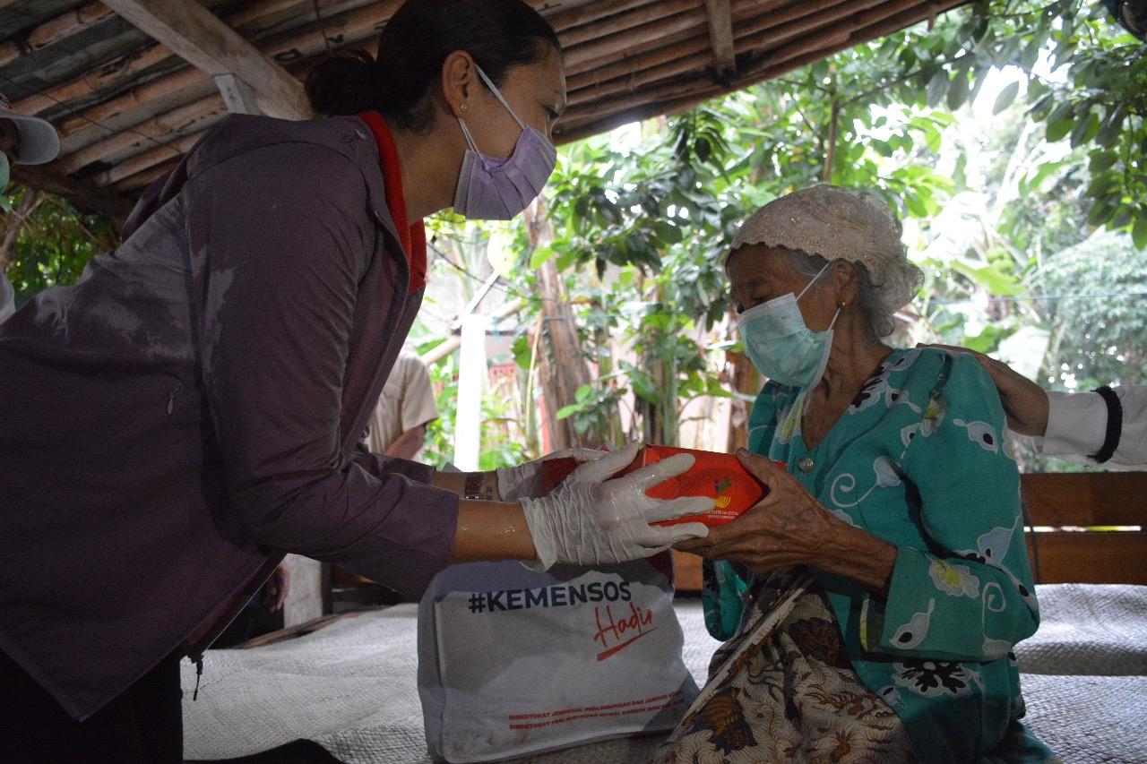 Kemensos Salurkan 2.000 Paket Sembako dan Nasi Kotak di Tangerang Selatan