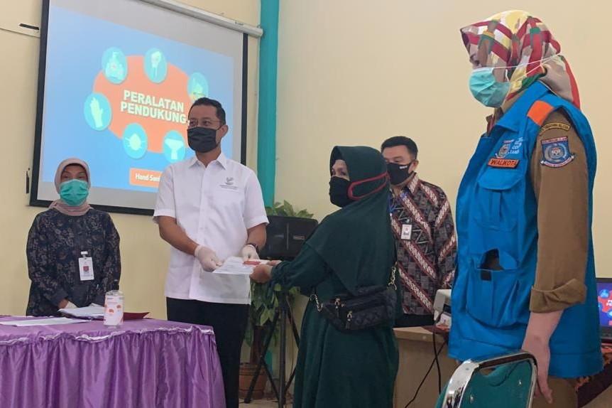 Mensos Tinjau Penyerahan KKS kepada KPM di Kota Tangerang Selatan