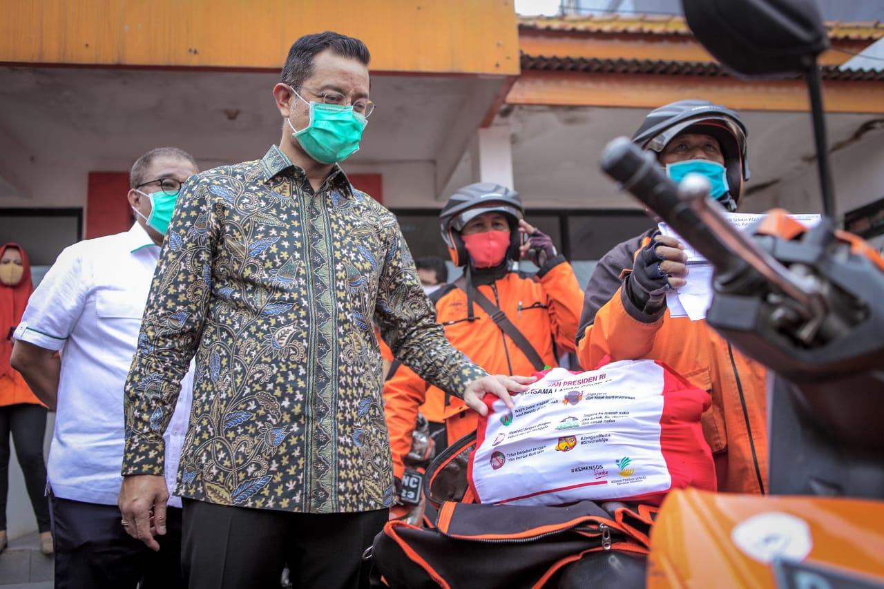 Mensos Tinjau Distribusi Bansos Sembako Melalui Pos Indonesia