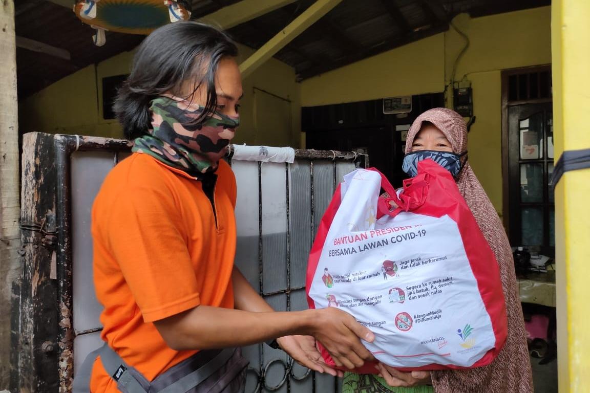 Ketua RW Awasi Penyaluran Sembako, Warga Sebut Paket Komplit