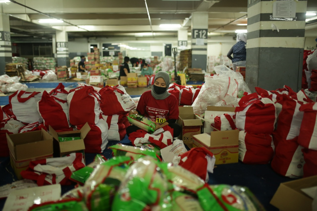 Potret Pengemasan Paket Sembako di Gudang Logistik di Kawasan Jakarta Selatan