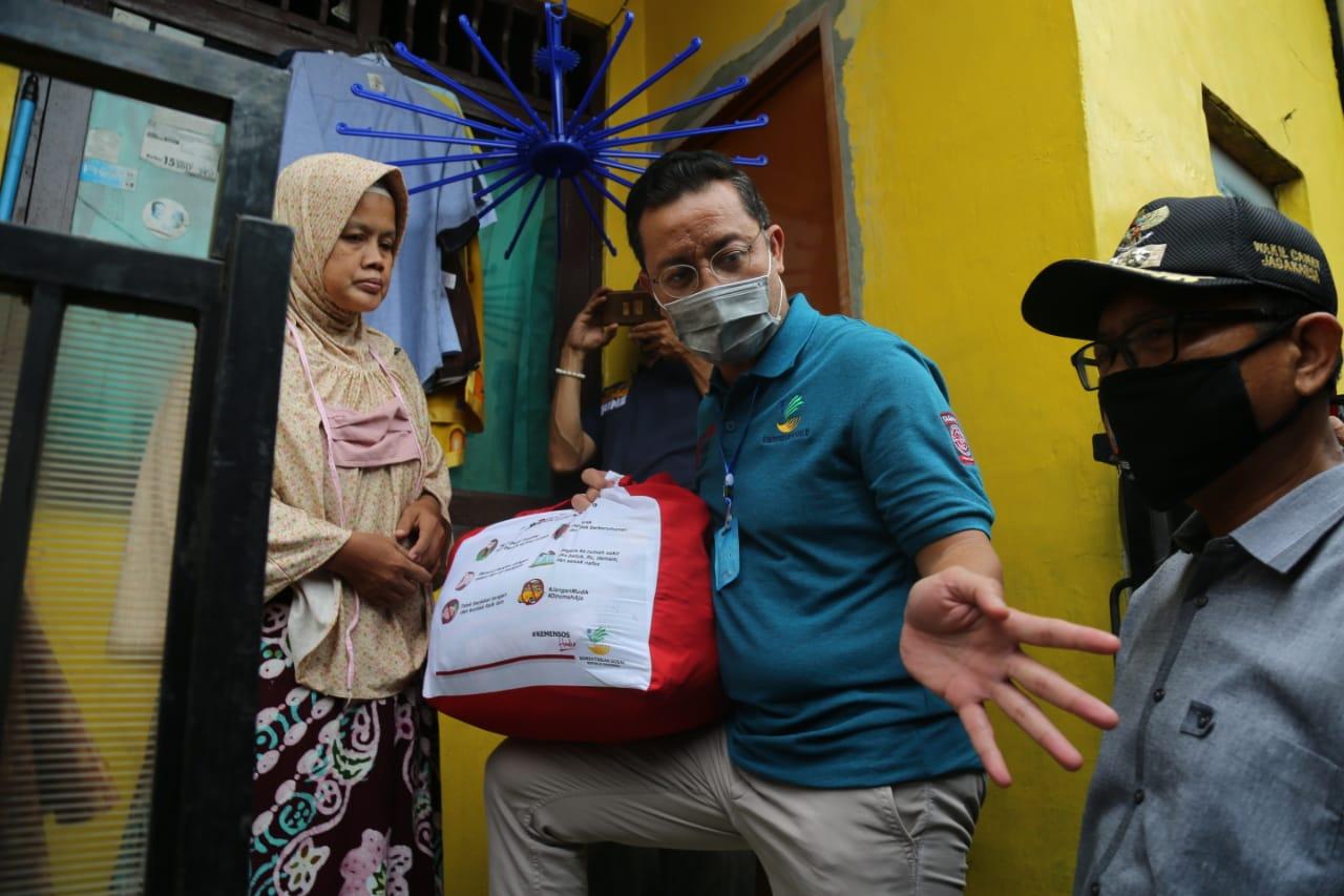 Mensos Juliari Salurkan Sembako, Wiwik Menangis, Tariah Berbagi Dengan Tetangga