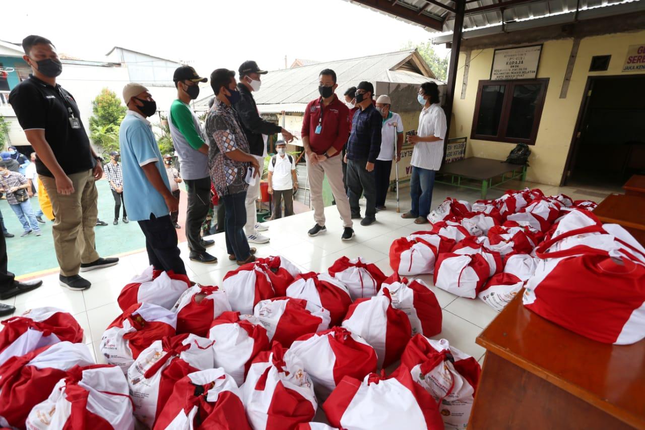 Mensos Tinjau Pendistribusian Bansos Presiden di Bekasi