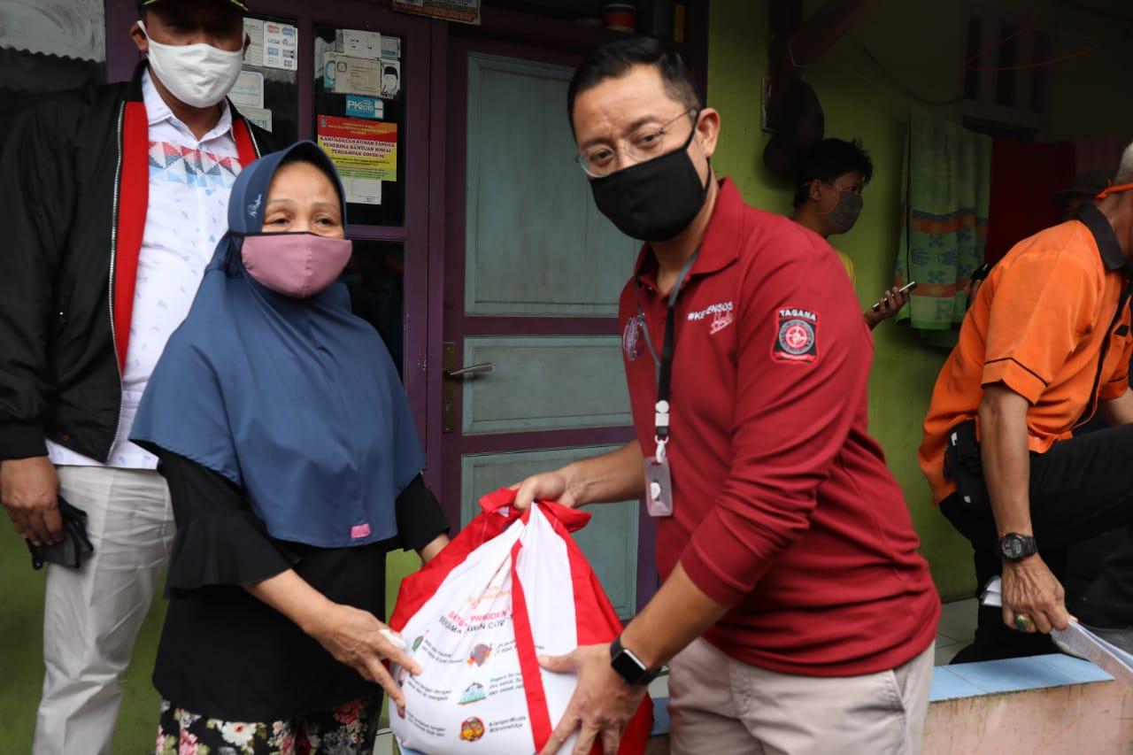 Mensos Tinjau Langsung Penyaluran Bansos di Bekasi dan Serang