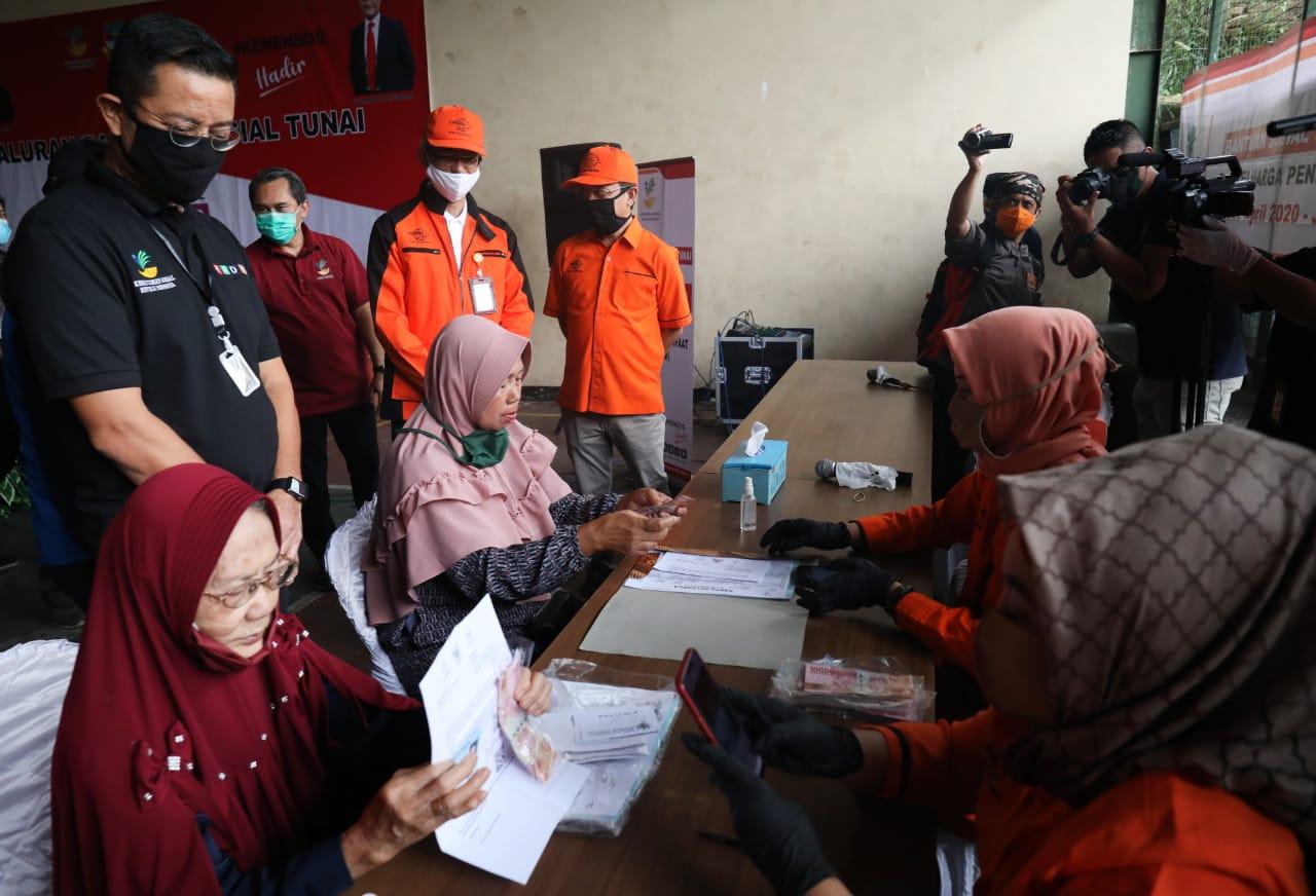 Mensos Meninjau Penyaluran BST di Bandung Barat