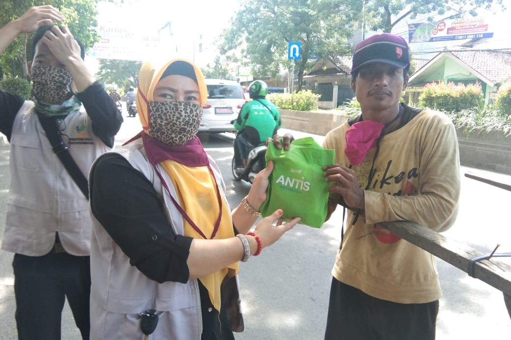 Penyuluh Sosial Masyarakat Banten Turun ke Jalan Bagikan Bingkisan