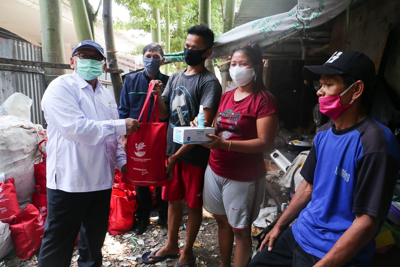 Tangis Bahagia Pemulung dan Buruh Bangunan Saat Terima Bantuan Sosial
