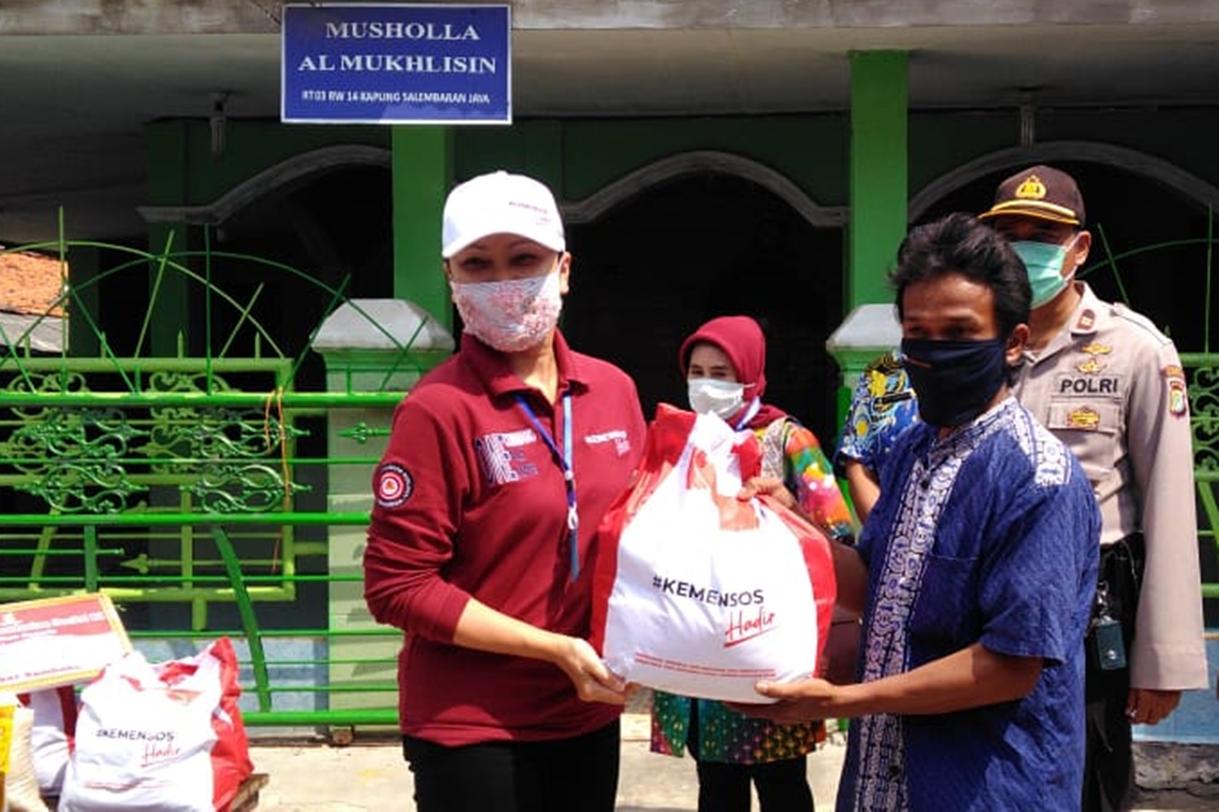 Susuri Permukiman Pemulung, Grace Batubara Berikan Bansos Sembako