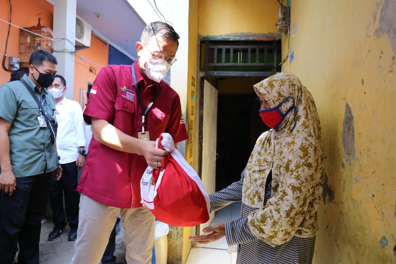 Mensos Distribusikan Bansos Sembako di Tangerang