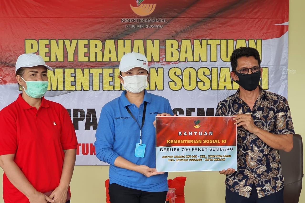Komunitas Pemulung Bantar Gebang Terima Sembako dari Kementerian Sosial