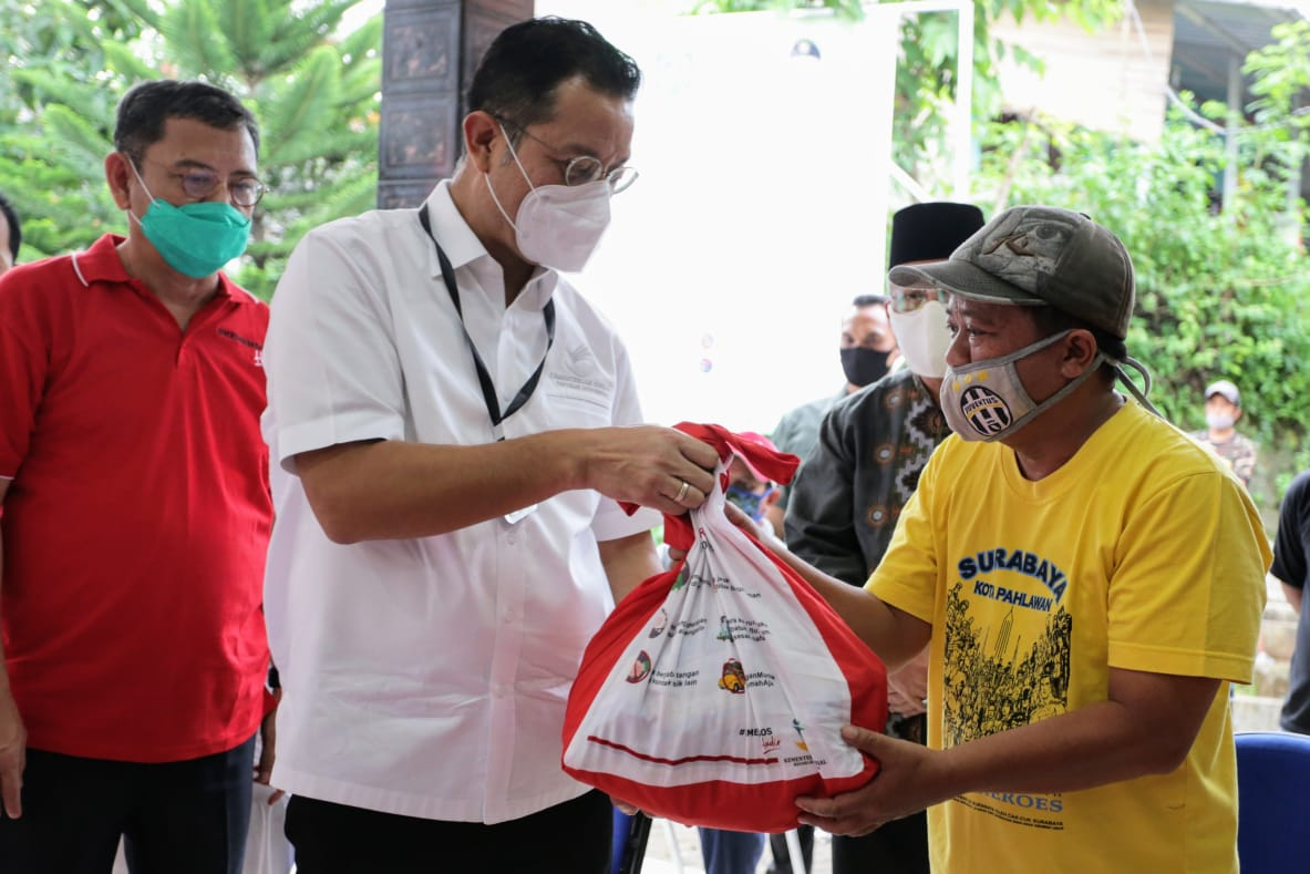 Mensos Tinjau Penyaluran Bansos Sembako di Depok
