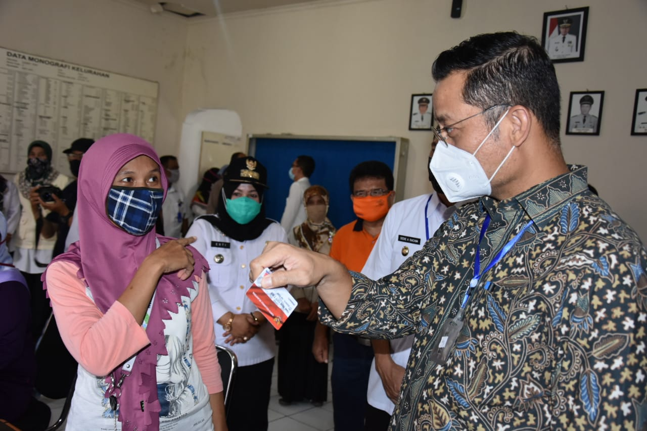 Minister of Social Affairs Visits Bogor Residents to Ensure Distribution of BST and Basic Needs Program