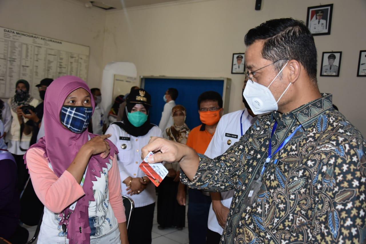 Mensos Kunjungi Warga Bogor Pastikan Penyaluran BST dan Program Sembako