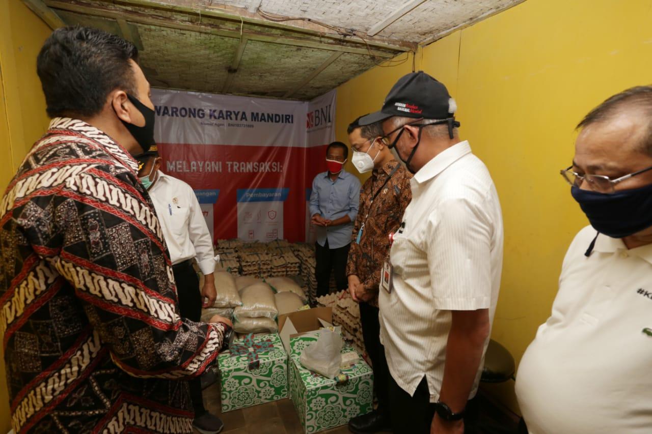 Menteri Sosial Tinjau Penyaluran Bansos Sembako di Kabupaten Bandung