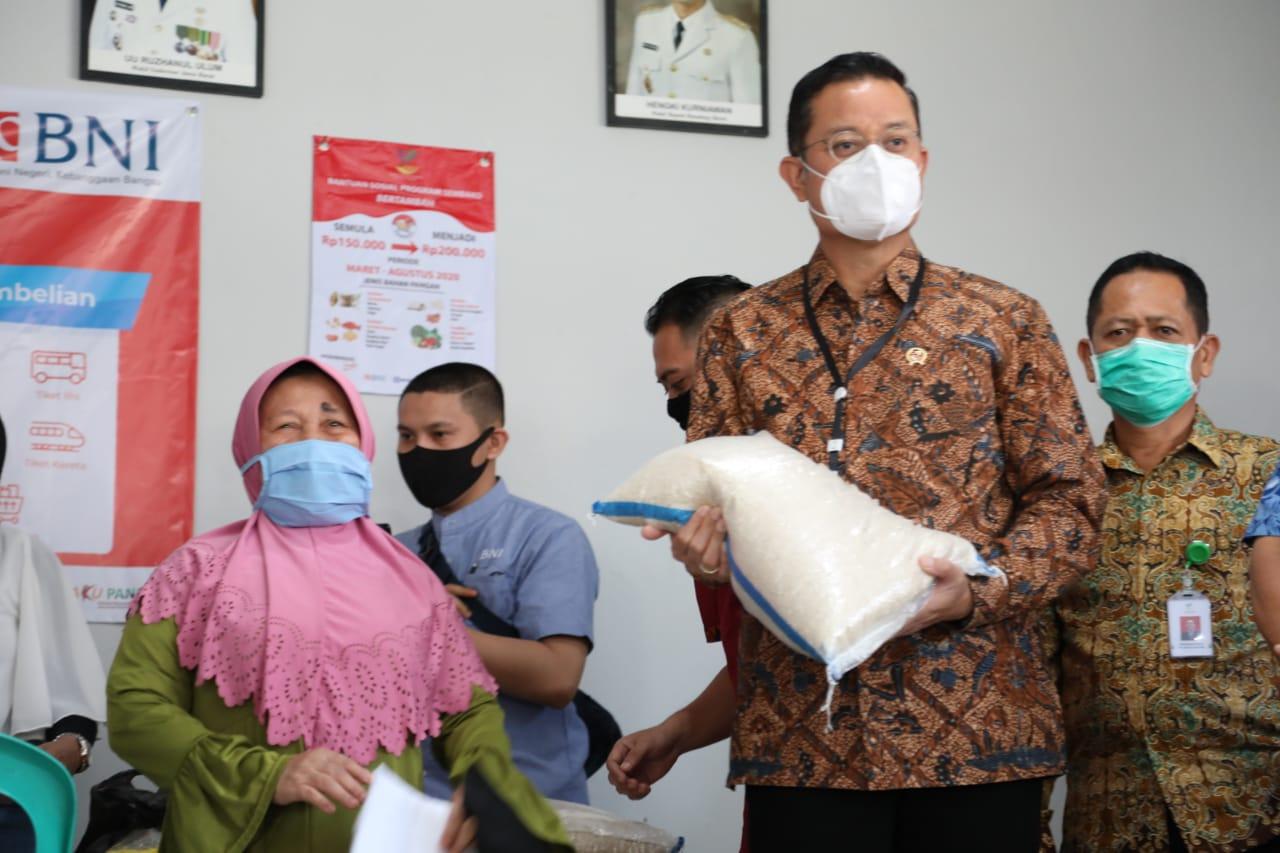 Mensos dan Menko PMK Tinjau Penyaluran BST & Program Sembako di Bandung Barat