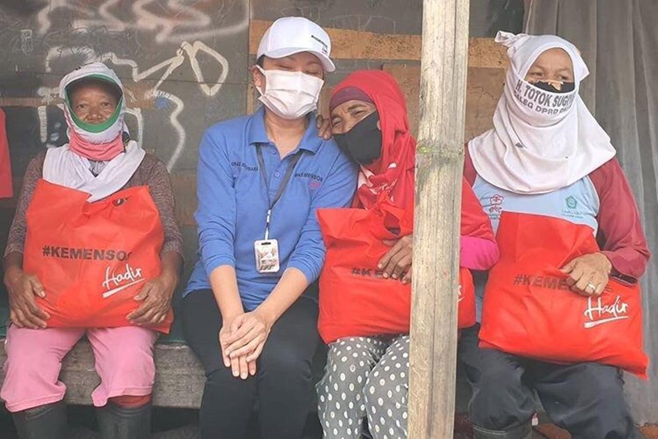 Grace Batubara Sambangi Kampung Pemulung Bagikan Sembako