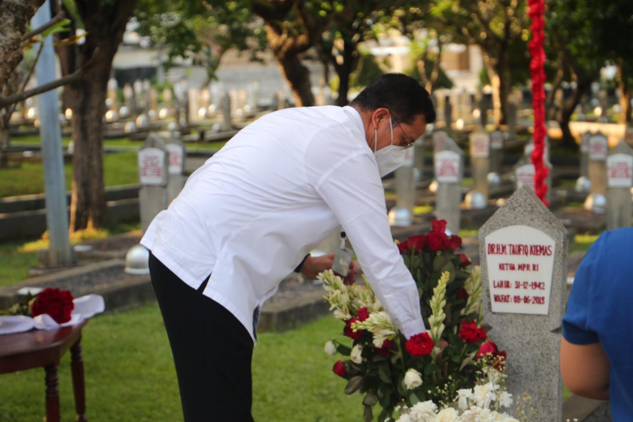 Kenang Mantan Ketua MPR RI, Mensos Lakukan Ziarah Tabur Bunga
