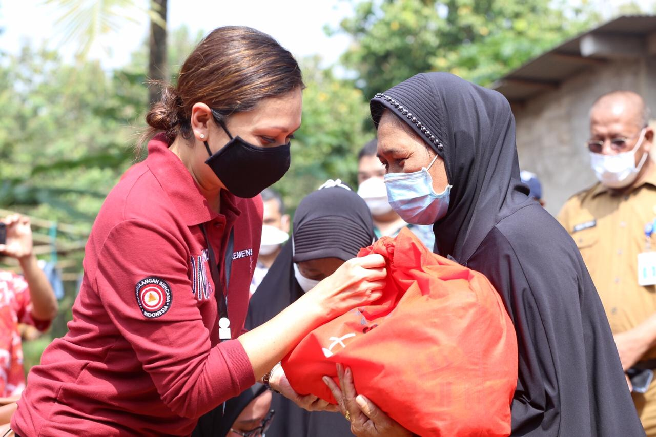 Penasihat Dharma Wanita Kemensos RI Salurkan Bansos Sembako di Banten