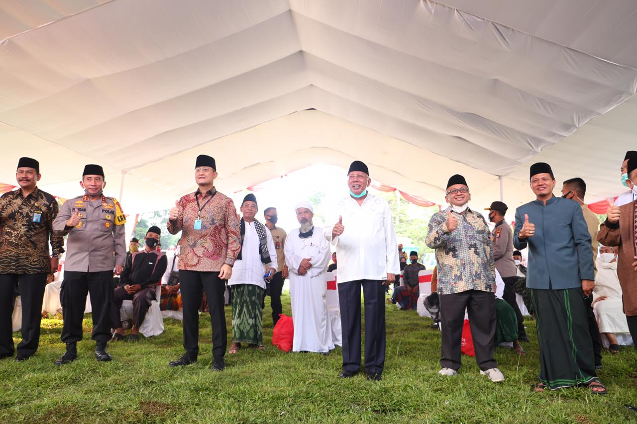 Social Minister Distributes Food Packages to 51 Islamic School in Banten