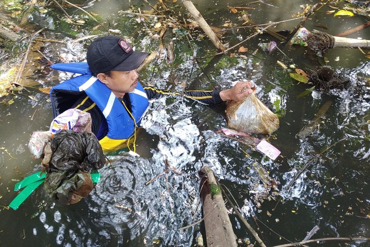 Mensos Apresiasi Tagana dan KSB Bersihkan Sungai Citonjong
