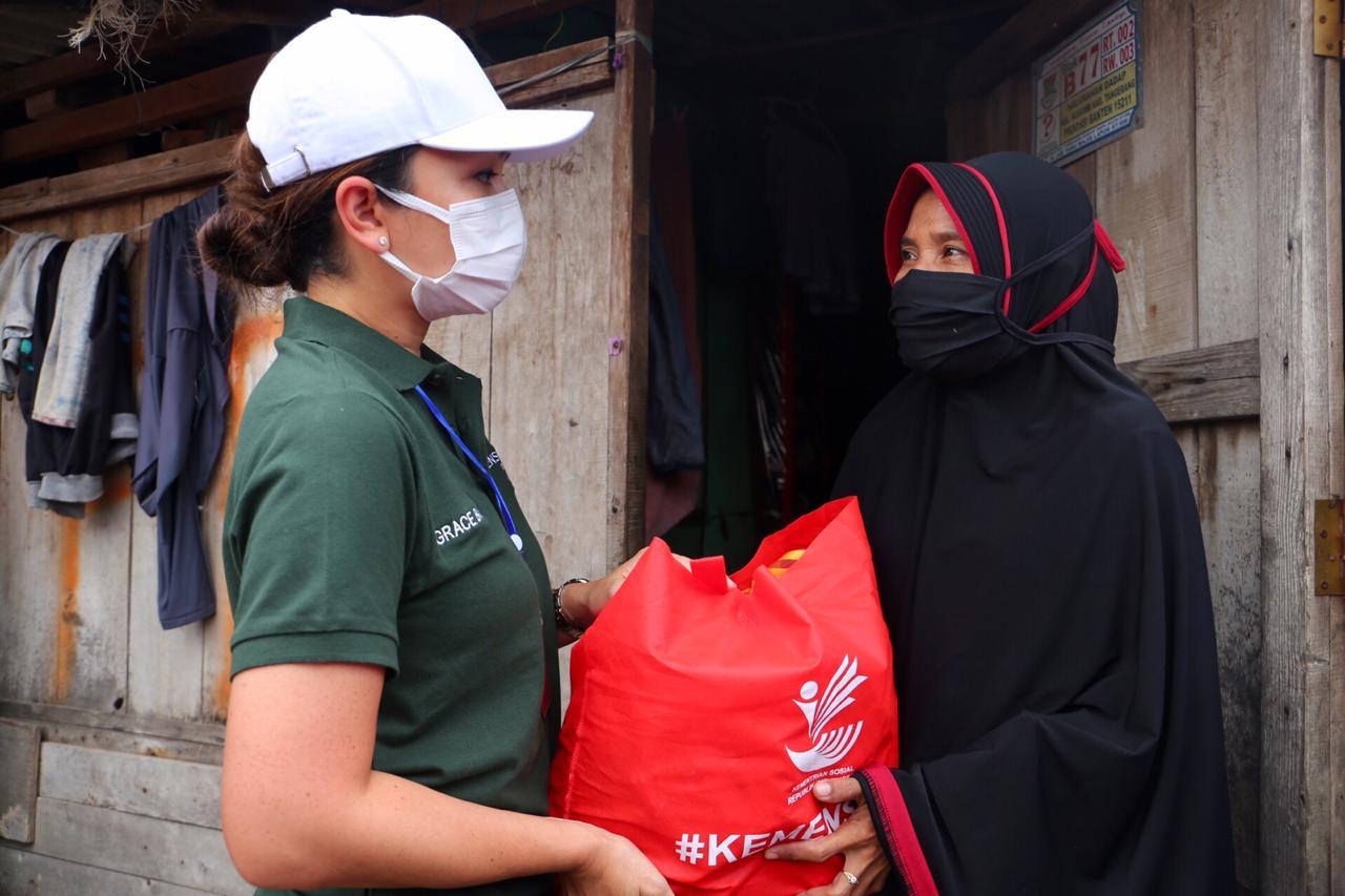 Penasihat Dharma Wanita Kemensos RI Salurkan Paket Sembako di Kab. Tangerang