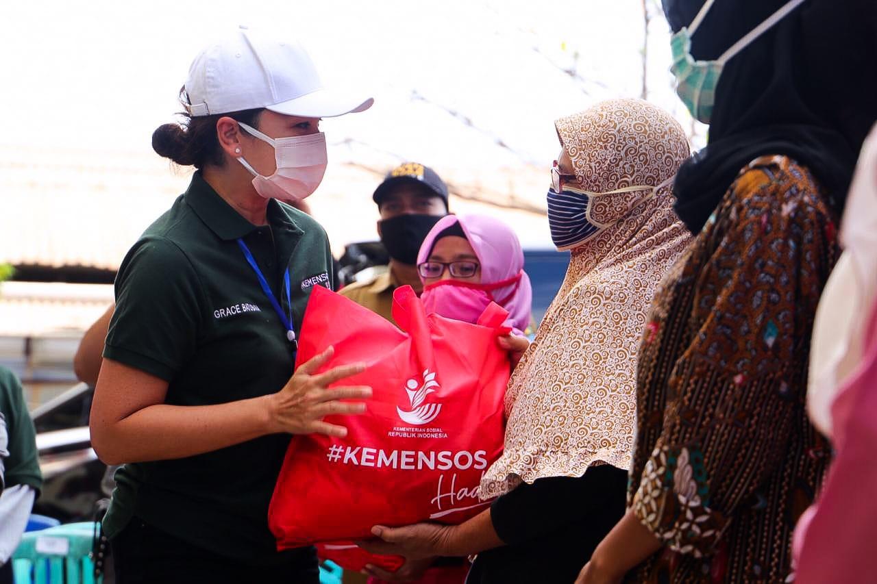 Sembako Kemensos Jangkau Masyarakat Kampung Nelayan Dadap