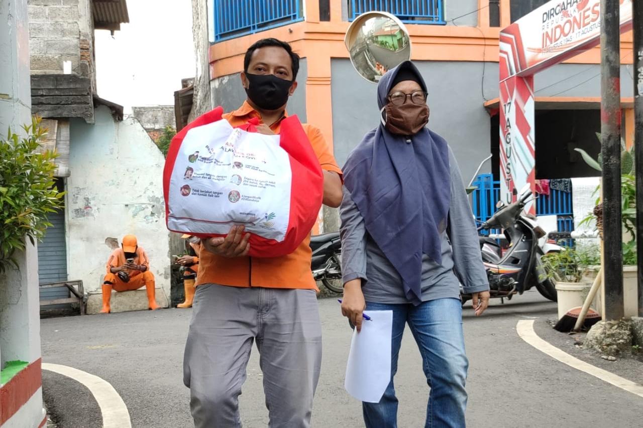 Ketua RW 04 Kelurahan Cempaka Baru Kawal Penyaluran Sembako