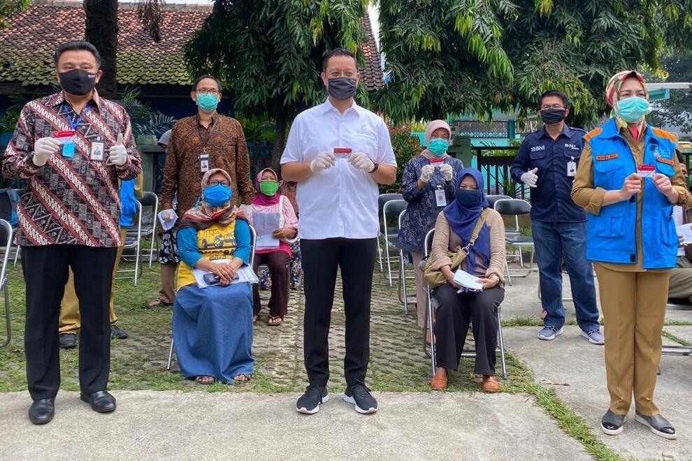 Mensos Tinjau Penyerahan KKS kepada KPM di Tangerang Selatan
