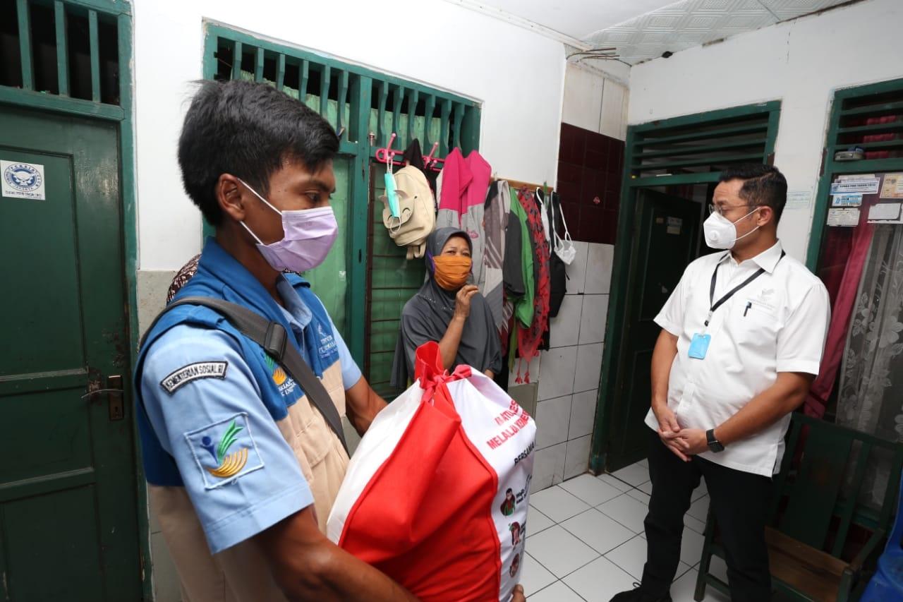 Mensos Distribusikan Bansos Sembako di Depok