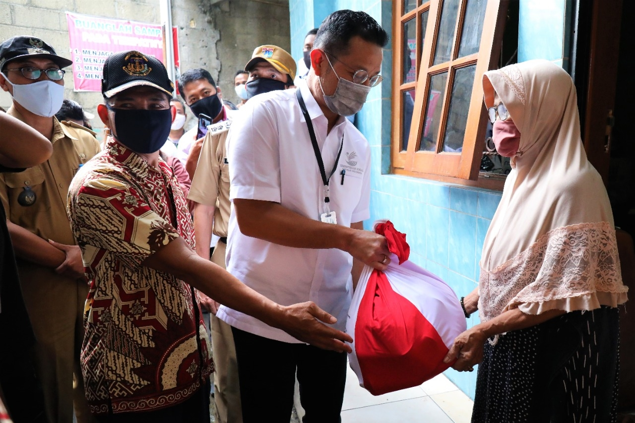 Menteri Sosial Distribusikan Bansos Presiden di Jakarta Timur