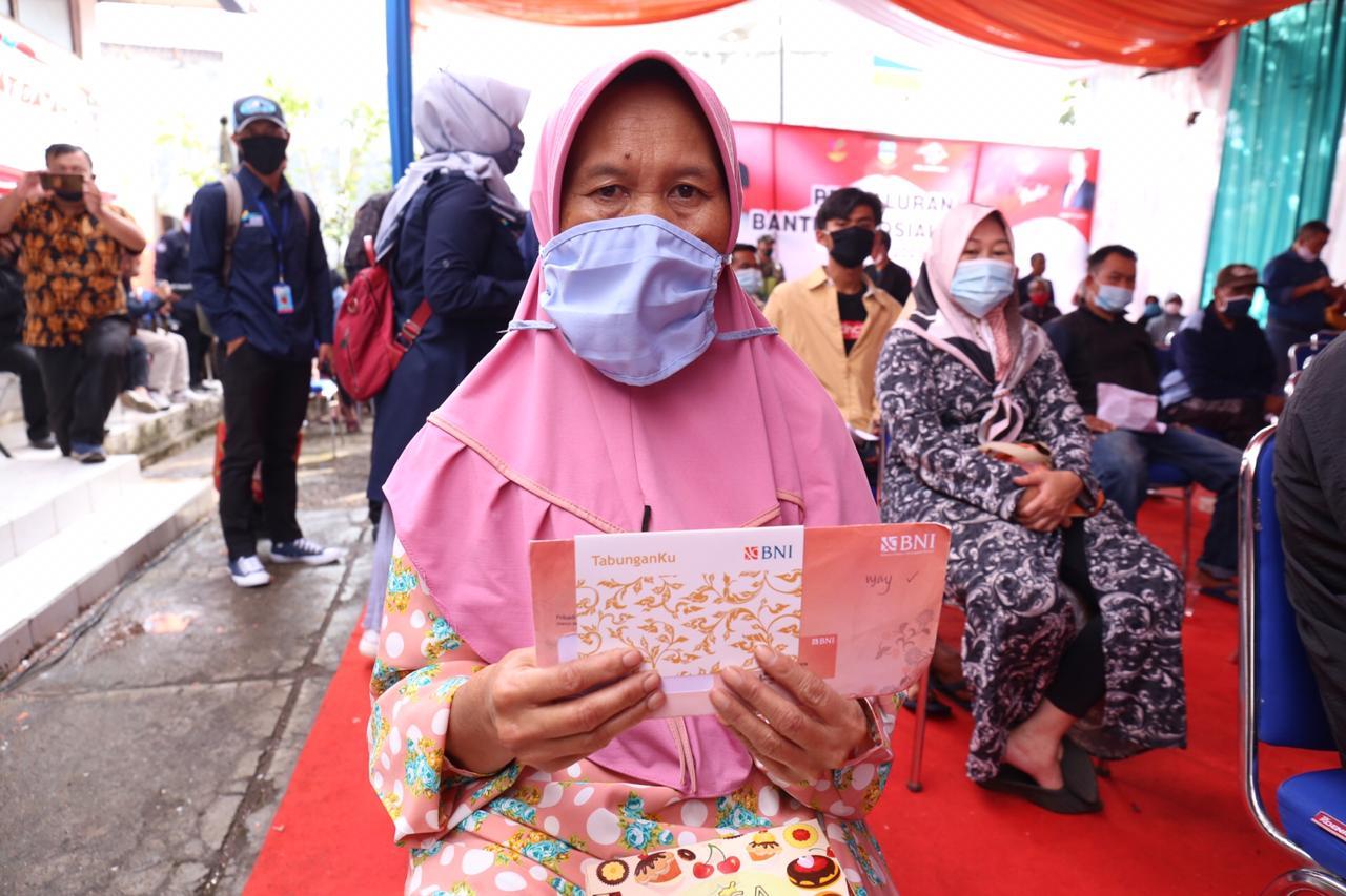 Mensos Salurkan BST di Kabupaten Garut