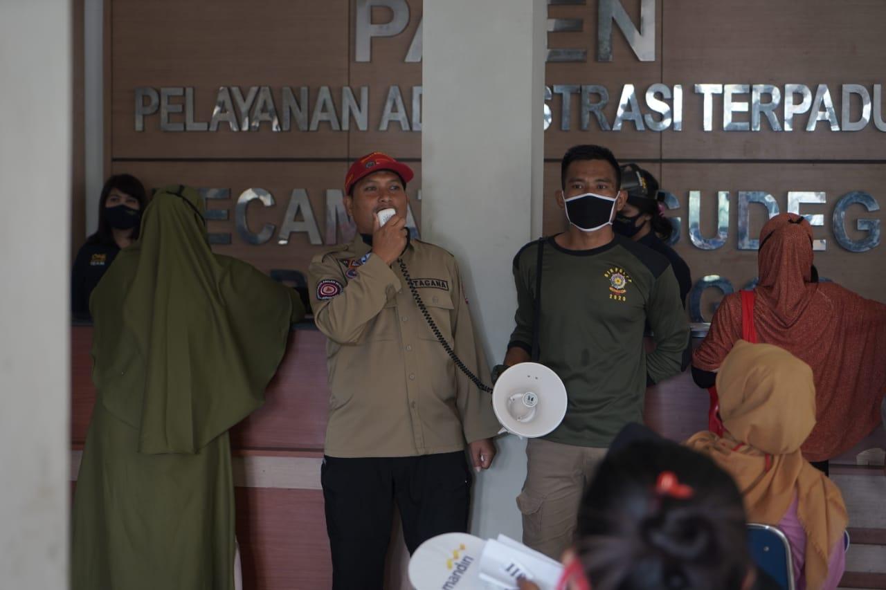 Kemensos Serahkan Jadup Bagi Korban Longsor di Bogor